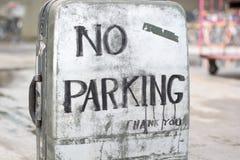 Le stationnement interdit se connectent une vieille valise Photos libres de droits