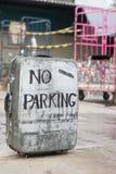 Le stationnement interdit se connectent une vieille valise Images libres de droits