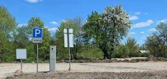Le stationnement payé est équipé près du village Photographie stock libre de droits