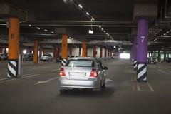Le stationnement souterrain est un grand centre commercial Il n'y a pas beaucoup de voitures photos stock