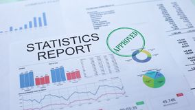 Le statistiche riferiscono approvato, mano che timbra la guarnizione sul documento ufficiale, statistiche archivi video