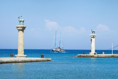 Le statue dei cervi all'entrata a Mandraki Harbour, Rhodes Island, Fotografia Stock