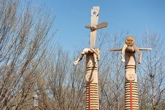 Le statue di legno si avvicinano al museo nazionale dell'indiano americano Immagini Stock