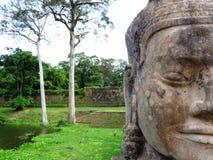Le statue e la natura di Angkor Wat Fotografie Stock Libere da Diritti