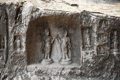 Le statue fini di Buddha delle grotte di longmen sono scolpite sulla scogliera nelle montagne Immagini Stock