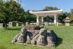 Le statue gemellate della roccia delle tartarughe indicano sull'iarda davanti al museo nazionale di Gyeongju fotografie stock