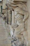 Le statue mezzo nude del satiro del primo piano remano al palazzo di Zwinger in Dresde Fotografia Stock
