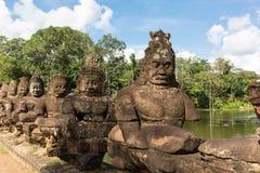 Le statue si avvicinano al portone del sud di Angkor Thome Fotografia Stock Libera da Diritti