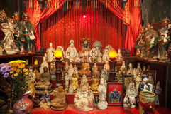 Le statue sull'altare di Tin Hau Temple in strada soprelevata abbaiano, Hong Kong Fotografia Stock Libera da Diritti
