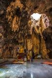Le statut de Bouddha en caverne Images libres de droits