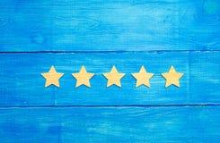 Le statut de qualité est cinq étoiles Une nouvelle étoile, accomplissement, reconnaissance universelle Le concept de l'estimation Photographie stock