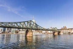 Le steg célèbre d'Eiserner avec amour ferme à clef au-dessus de la canalisation de rivière Image stock