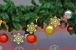 Le stelle della neve dell'oro e la palla colorata ornano Fotografia Stock Libera da Diritti
