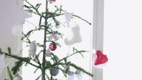 Le stelle di carta appendono su una priorità alta di un abete di Natale accanto alla finestra Movimento lento 3840x2160 stock footage