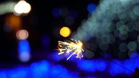 Le stelle filante bruciano ai precedenti della città stock footage