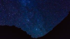 Le stelle trascinano al rallentatore nella priorità alta della montagna della siluetta video d archivio