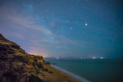 Le stelle in una notte perfetta in una spiaggia Fotografie Stock Libere da Diritti