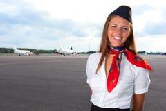 Le stewardessen på flygfältet Arkivbilder