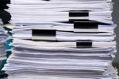 Le stockage de pile de papier de beaucoup documentent la feuille dans le bureau Image libre de droits