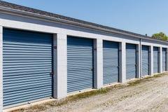 Le stockage numéroté d'individu et les mini unités de garage de stockage avec enroulent des portes photos libres de droits