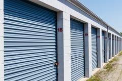 Le stockage numéroté d'individu et les mini unités de garage de stockage avec enroulent des portes photo libre de droits