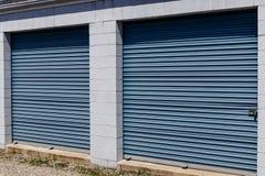 Le stockage numéroté d'individu et les mini unités de garage de stockage avec enroulent des portes photographie stock