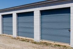 Le stockage numéroté d'individu et les mini unités de garage de stockage avec enroulent des portes photo stock