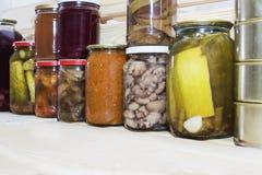 Le stockage rayonne dans l'office avec les fruits et légumes conserve de fruits conserve de fruits faits maison Photo libre de droits
