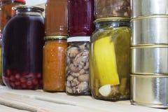 Le stockage rayonne dans l'office avec les fruits et légumes conserve de fruits conserve de fruits faits maison Photographie stock libre de droits
