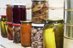 Le stockage rayonne dans l'office avec les fruits et légumes conserve de fruits conserve de fruits faits maison Images stock