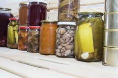Le stockage rayonne dans l'office avec les fruits et légumes conserve de fruits conserve de fruits faits maison Image libre de droits