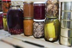 Le stockage rayonne dans l'office avec les fruits et légumes conserve de fruits conserve de fruits faits maison Image stock