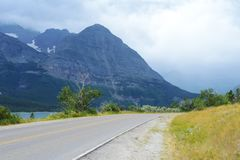 Le strade strette conducono nel Glacier National Park Fotografie Stock Libere da Diritti