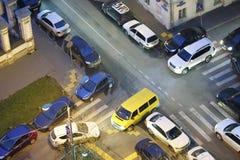Le strade trasversali con differenti automobili Fotografia Stock