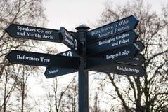 Le strade trasversali firmano dentro Hyde Park a Londra, Inghilterra fotografie stock libere da diritti
