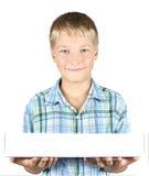 Le strette dell'adolescente in mani una casella Fotografia Stock