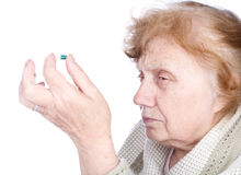 Le strette dell'anziana nella capsula delle mani Fotografia Stock