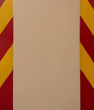 Le strisce di giallo e di rosso trafficano i segni della deviazione sulla colonna concreta nel parcheggio Immagini Stock Libere da Diritti