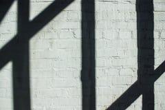 Le strisce ombreggiano sulla parete di mattoni Fotografie Stock Libere da Diritti