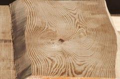 Le strutture di legno della plancia senza buccia da desiderano ardentemente il soffitto della casa di ceppo al sole Immagine Stock Libera da Diritti