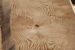 Le strutture di legno della plancia senza buccia da desiderano ardentemente il soffitto della casa di ceppo al sole Fotografia Stock Libera da Diritti