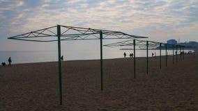 Le strutture nude degli ombrelli di spiaggia su un inverno tirano Immagini Stock Libere da Diritti