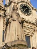 Le ststue sur la cathédrale de rue Paul à Londres Photos libres de droits