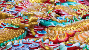 Le stuc griffe le dragon d'or photos stock