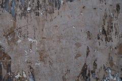 Le stuc a peint le mur urbain de ville texturisé par mur blanc peinture ébréché et d'épluchage images libres de droits