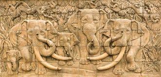 Le stuccowork d'éléphants dans le mur Image stock