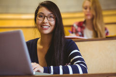 Le studenten som använder bärbara datorn under grupp arkivbilder
