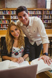 Le studenter som tillsammans arbetar, medan sitta på tabellen Royaltyfria Bilder