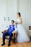 Le studio de blanc de vintagey de jeunes mariés Image stock