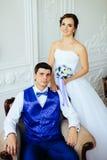 Le studio de blanc de vintagey de jeunes mariés Photos libres de droits